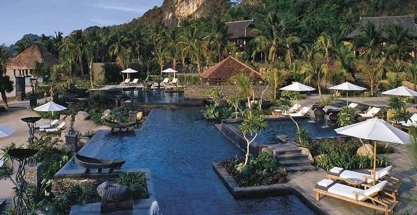 Anderer Blickwinkel auf den Pool des Four Seasons Resorts Langkawi